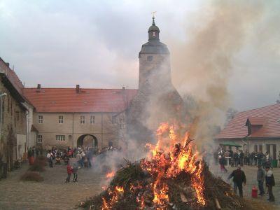 Osterfeuer auf der Wasserburg