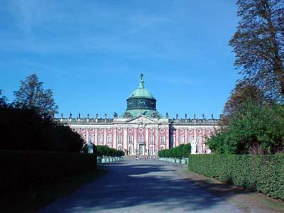Das neue Palais von der Hauptachse des Parks aus gesehen.