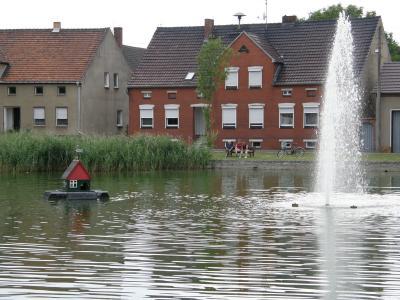 Die Fontäne im Dorfteich sorgt für eine gute Wasserqualität