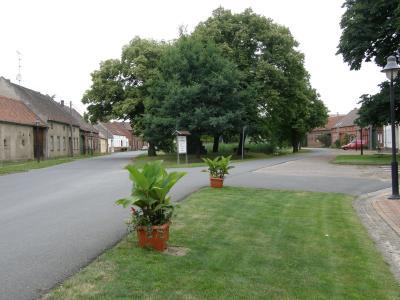 Vierseithöfe gruppieren sich um den Dorfplatz