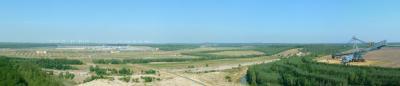 Nordwestaussicht vom Turm mit Lausitzring, Windpark und Schaufelradbagger