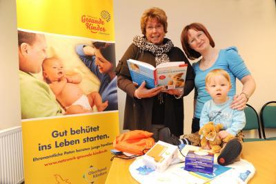Foto: Patin Renate Teßmann aus Hohen Neuendorf mit Patenfamilie