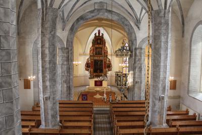 Blick ins Kirchenschiff und zum Altar der St. Ulrich Kirche.