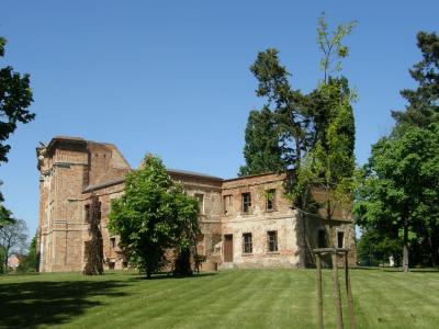 Das einstmals stattliche Schloss -heute gesicherte Ruine mit Charme