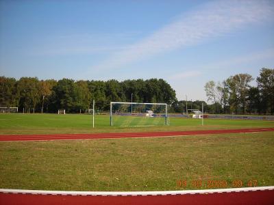 Sportplatz mit Tartanlaufbahn