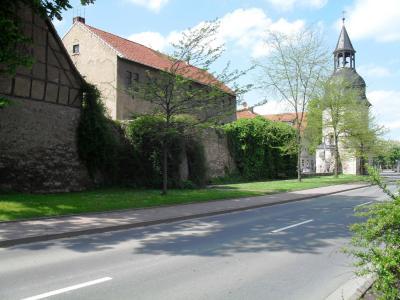 Unser Wahrzeichen - Osthöfer Tor mit einem Teil der Stadtmauer