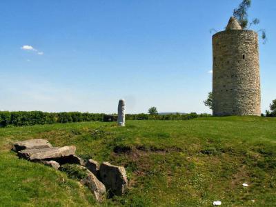 Grabmal der Dolmengöttin mit Stele und die Eichstädter Warte – Foto: A. Förtsch