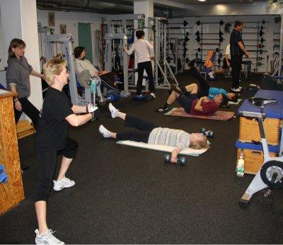 Gruppentraining im Fitnessraum