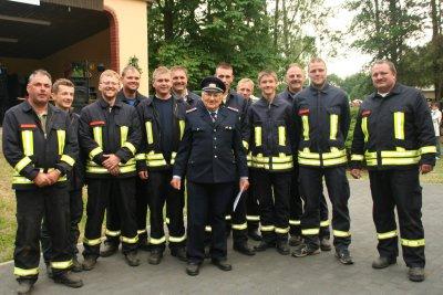Die Rubener Wehr mit ihrem Kameraden Walter Zimmermann, der seit 70 Jahren bei der Feuerwehr ist.