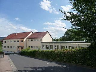 Der Innenhof der Grundschule Niederaula. Großzügige Flächen und eine Vogelvoliere bieten  den Schülern viel Abwechslung.