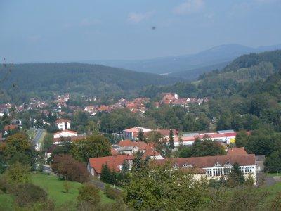 Blick von Süden über das Gewerbegebiet zum Ort