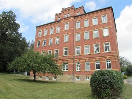 """Das ehemalige """"Beamtenwohnhaus"""" , ein rotes Backsteingebäude."""