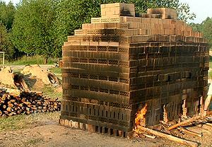 Historische Feldbrandöfen werden jährlich zum Brennerfe aufgebaut. Quelle: Amt