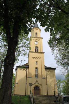 Die Beuthaer Kirche von vorn.