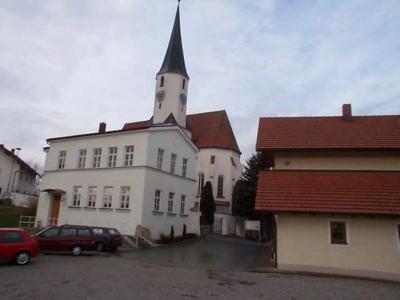 Schlossanlage von Stubenberg mit Pfarrkirche St. Georg und St. Urban