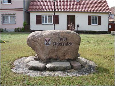 Der Gedenkstein in Klietznick anlässlich der Dorferneuerung 1991.
