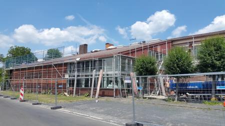 Glasmuseum hinter Baugerüst