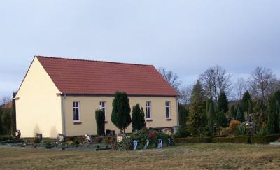 Friedhofsanlage mit anonymen Urnenfeld (Findling)