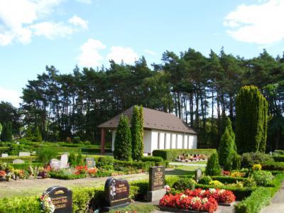 Friedhofsanlage mit anonymen und halbanonymen Urnenfeld