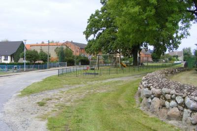 Dorfplatz mit Spielplatz