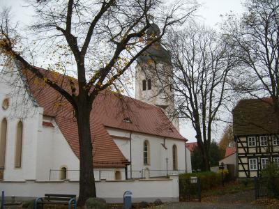 Kirche in Uebigau mit Pfarrhaus