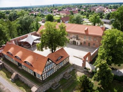 Die Storkower Burg, als älteste Burg Brandenburgs, inmitten von Seen ist ein idealer Ausgangspunkt für Radtouren, Wanderungen und Ausflüge in die Region und den Naturpark. Auf der Burg bieten wir Ihnen einen bunten Veranstaltungskalender.