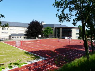 Blick zum Anbau mit neu gestaltetem Sportplatz