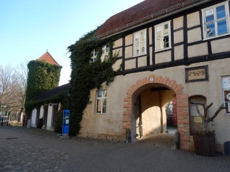 Der Eingang zur Stadtbibliothek befindet sich auf dem Innenhof des Wallgebäudes.