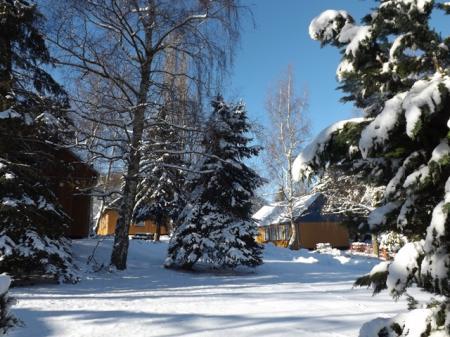 tief verschneite Ferienanlage