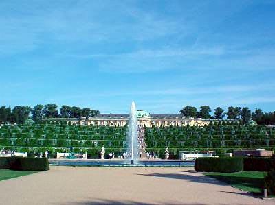 Das Schloss Sanssouci mit den terrassenförmigen Weinbergen.