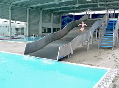 Riesenrutsche im Freibad bringt doppelten Spaß