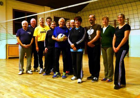 Die Damen- und Herrenmannschaft der Sektion Volleyball   beim wöchentlichen Training in der Turnhalle der Grundschule in Köthensdorf