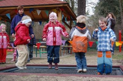 Foto zur Meldung: Hopser zum Geburtstag - Sportkita Falkennest freut sich über neues Trampolin