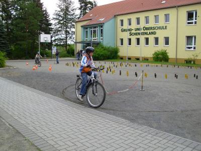 Foto zur Meldung: Geschicklichkeit und Sicherheit auf zwei Rädern (Grund- und Oberschule Schenkenland)