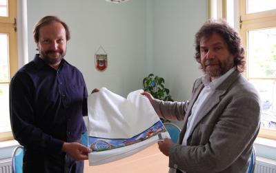 Foto zur Meldung: Calauer Drogist Heiko Petrick überraschte seinen Bürgermeister