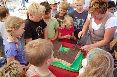 Foto zur Meldung: Ein süßer Hort - Baustart für neues Gebäude der Geschwister-Scholl-Grundschule mit erstem Spatenstich und Riesentorte