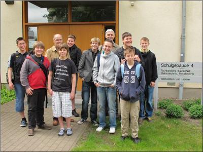 Foto zur Meldung: Kant-Schüler lernen in der KFZ-Lehrwerkstatt des OSZ Friesack