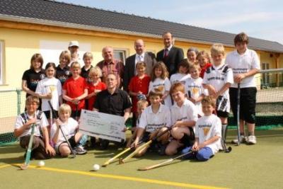 Foto zur Meldung: Kreissparkasse zeigt sich großzügig - Osternienburger Hockeyclub freut sich über 5.000,- Euro