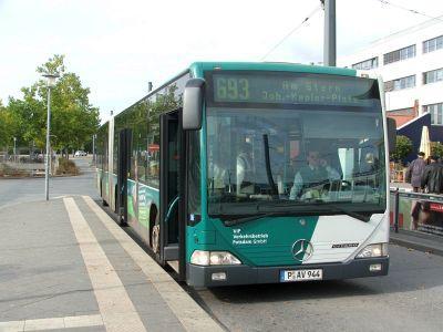 Foto zur Meldung: Linienbus prallt gegen Hauswand