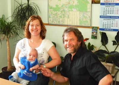 Foto zur Meldung: Blaues und rosa Lätzchen für die jüngsten Calauer