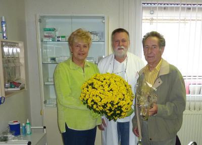 Foto zu Meldung: Blumenstrauß des Monats für Dr. Achim Schmidt