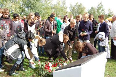 Foto zur Meldung: Rote Rosen gegen das Vergessen – Osloer und Falkenseer Schüler gedenken der Opfer des Nationalsozialismus im Geschichtspark