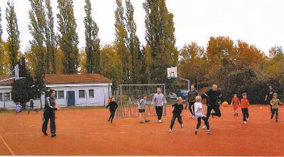 Foto zur Meldung: Leserbrief des Hortes der Geschwister-Scholl-Grundschule: Kinder  forderten Eltern heraus - Fairplay hieß das Motto des Fußballturniers