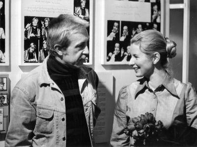 Foto zu Meldung: Helga Schütz übergibt dem Filmmuseum ihre Arbeitsmaterialien