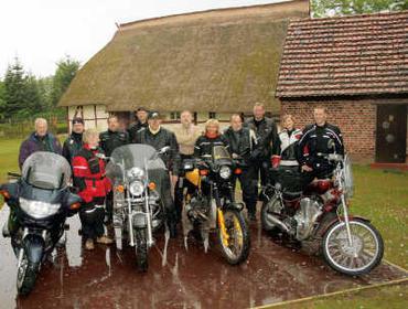 Foto zur Meldung:     Biker-Stopp auf dem Pingelhof