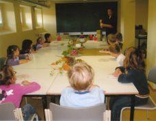 Foto zur Meldung: Wie formt man eine Schale? - Die Antwort erhielten die Gutsparkkinder beim Töpferkurs