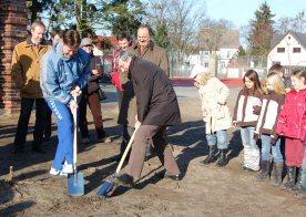 Foto zur Meldung: Spatenstich für die Zweifelderturnhalle an der Lessing-Grundschule