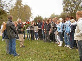 Foto zu Meldung: Stilles Gedenken im Geschichtspark - Franzosen und Norweger besuchten dieser Tage die Gedenkstätte des KZ-Außenlagers Sachsenhausen in Falkensee