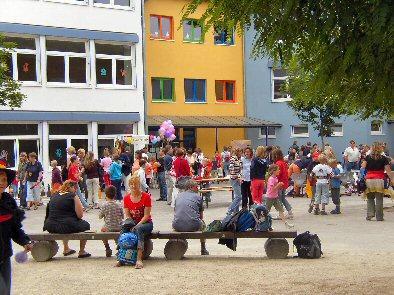 Foto zur Meldung: Sommerfest in der Kästner-Schule gut besucht - Indianerfest als Motto