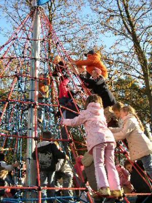 Foto zu Meldung: Mit Begeisterung erstürmt - Langersehnte Kletterspinne auf dem Kästner-Schulhof eingeweiht